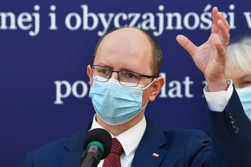 Przewodniczący komisji Błażej Kmieciak /Radek  Pietruszka /PAP