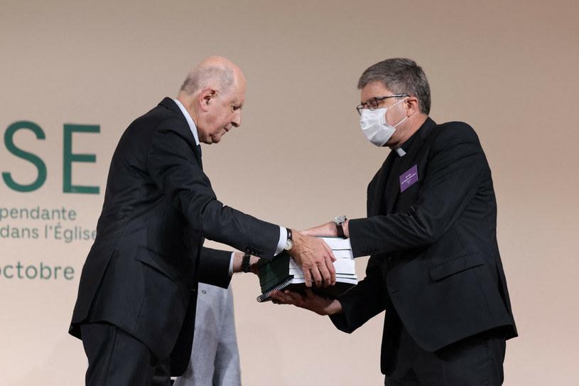 Przewodniczący Komisji Jean-Marc Sauve (L), wręcza kopie raportu bp. Ericowi de Moulins-Beaufort, przewodniczącemu Konferencji Episkopatu Francji /THOMAS COEX/AFP /East News