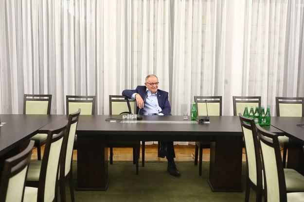 Przewodniczący komisji Jerzy Fedorowicz w oczekiwaniu na prezesa Jacka Kurskiego... /Stanisław Kowalczuk /East News