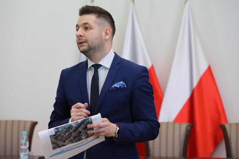 Przewodniczący komisji Patryk Jaki podczas konferencji prasowej po posiedzeniu niejawnym Komisji Weryfikacyjnej /Tomasz Gzell   /PAP