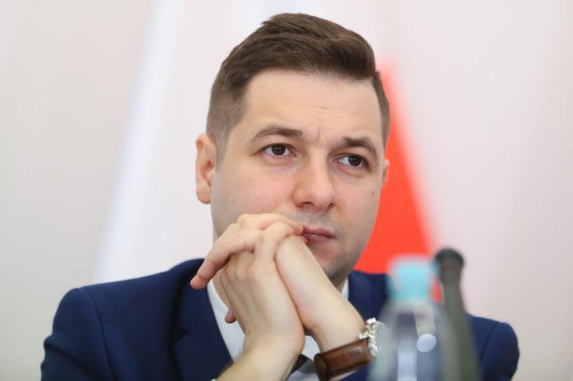 Przewodniczący komisji, Patryk Jaki, podczas pierwszej rozprawy przed komisją weryfikacyjną ds. reprywatyzacji. /Leszek Szymański /PAP