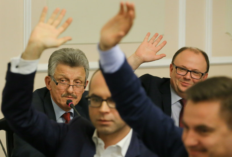 Przewodniczący komisji poseł PiS Stanisław Piotrowicz podczas głosowania nad rekomendacjami dla poszczególnych kandydatów w trakcie posiedzenia sejmowej komisji sprawiedliwości i praw człowieka /Paweł Supernak /PAP