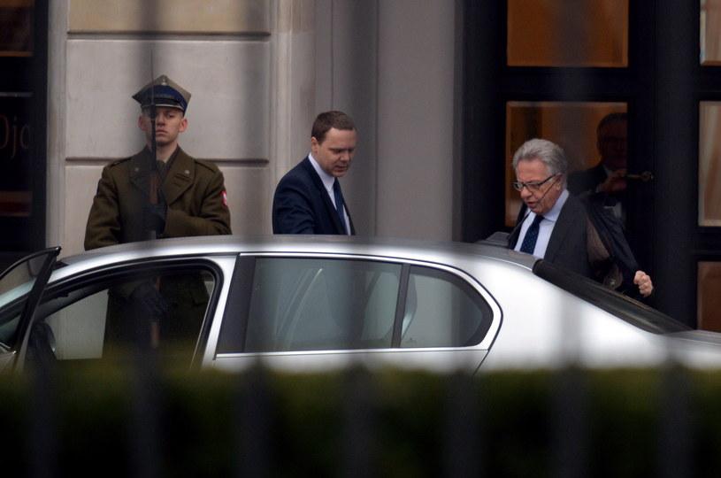 Przewodniczący Komisji Weneckiej Gianni Buquicchio (P) z Włoch w drodze na spotkanie z prezydentem Andrzejem Dudą /Marcin Obara /PAP