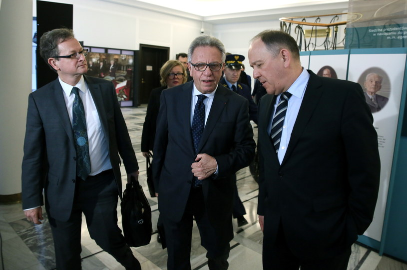 Przewodniczący Komisji Weneckiej Gianni Buquicchio, Schnutz Rudolf Duerr z Austrii wraz z członkami delegacji Komisji Weneckiej, w drodze na spotkanie z prezydium Sejmu /Tomasz Gzell /PAP