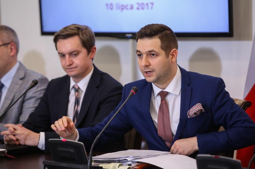 Przewodniczący komisji weryfikacyjnej ds. reprywatyzacji Patryk Jaki oraz członek komisji Sebastian Kaleta podczas konferencji prasowej po niejawnym posiedzeniu komisji /Rafał Guz /PAP