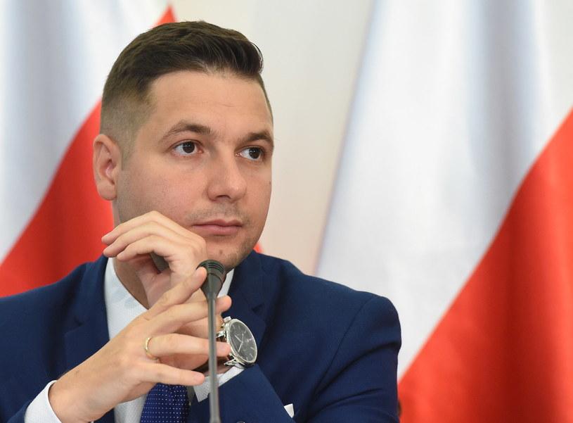 Przewodniczący komisji weryfikacyjnej ds. reprywatyzacji Patryk Jaki podczas posiedzenia komisji /Radek Pietruszka   (PAP) /PAP