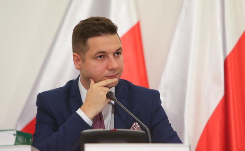 Przewodniczący komisji weryfikacyjnej ds. reprywatyzacji Patryk Jaki podczas posiedzenia komisji /Bartłomiej Zborowski /PAP