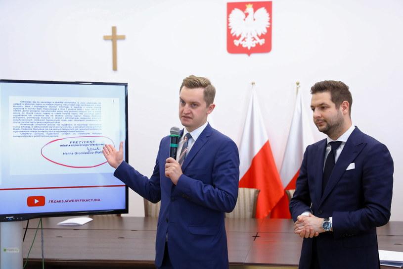 Przewodniczący Komisji Weryfikacyjnej Patryk Jaki i członek komisji Sebastian Kaleta /Rafał Guz   /PAP