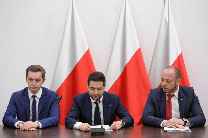 Przewodniczący Komisji Weryfikacyjnej Patryk Jaki oraz członkowie komisji Sebastian Kaleta i Bartłomiej Opaliński podczas konferencji prasowej /Tomasz Gzell   /PAP