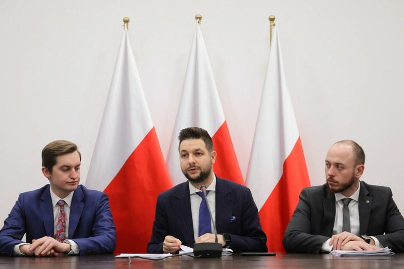 Przewodniczący Komisji Weryfikacyjnej Patryk Jaki oraz członkowie komisji Sebastian Kaleta i Bartłomiej Opaliński / Paweł Supernak / PAP