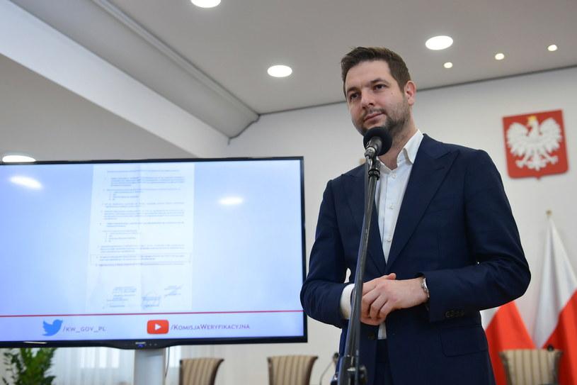 Przewodniczący Komisji Weryfikacyjnej Patryk Jaki podczas wtorkowej konferencji prasowej w Ministerstwie Sprawiedliwości w Warszawie / Marcin Obara  /PAP