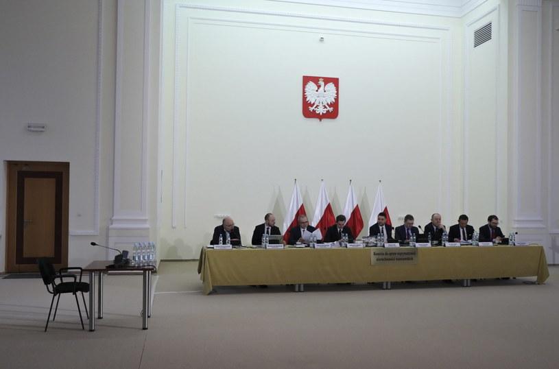 Przewodniczący komisji weryfikacyjnej, wiceminister sprawiedliwości Patryk Jaki (C) oraz członkowie komisji /Tomasz Gzell   /PAP