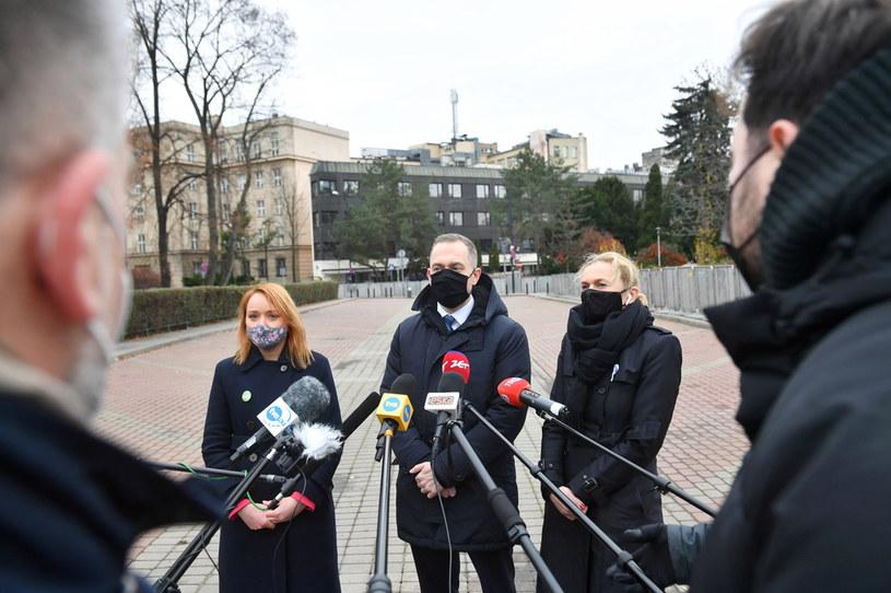 Przewodniczący KP KO Cezary Tomczyk oraz posłanki KO: Barbara Nowacka i Małgorzata Tracz podczas konferencji prasowej w Warszawie / Radek Pietruszka   /PAP