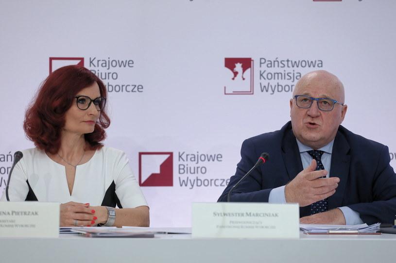 Przewodniczący Państwowej Komisji Wyborczej sędzia Sylwester Marciniak oraz szefowa Krajowego Biura Wyborczego Magdalena Pietrzak /Paweł Supernak /PAP