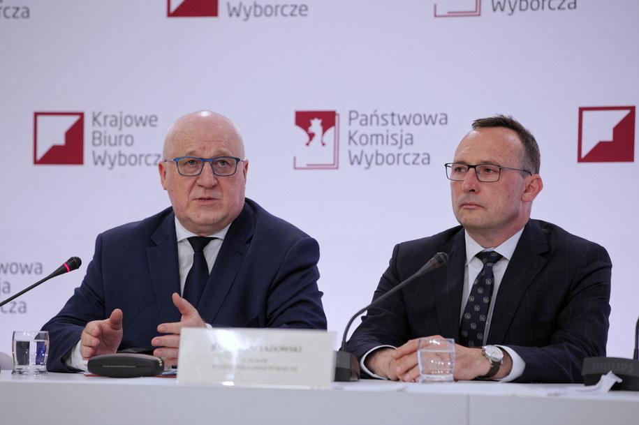 Przewodniczący Państwowej Komisji Wyborczej Sylwester Marciniak i członek PKW Konrad Składowski /Mateusz Marek /PAP