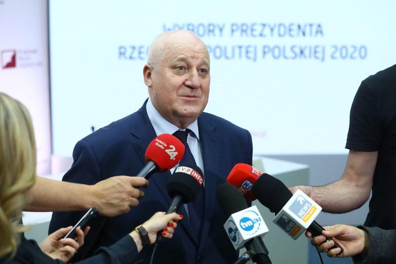 Przewodniczący Państwowej Komisji Wyborczej Sylwester Marciniak podczas wypowiedzi dla mediów w siedzibie PKW w Warszawie