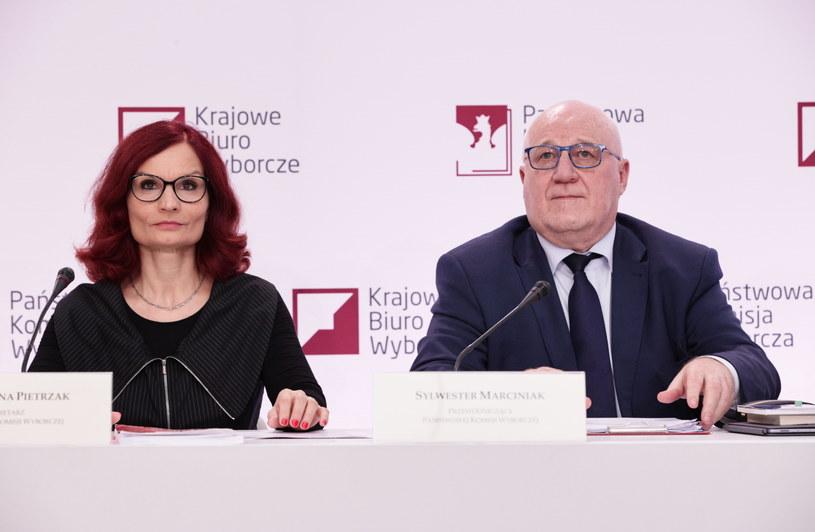 Przewodniczący Państwowej Komisji Wyborczej Sylwester Marciniak i szefowa Krajowego Biura Wyborczego Magdalena Pietrzak