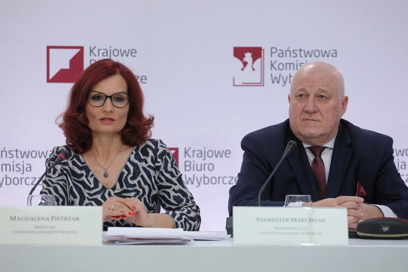Przewodniczący Państwowej Komisji Wyborczej Sylwester Marciniak i szefowa Krajowego Biura Wyborczego Magdalena Pietrzak, podczas konferencji prasowej PKW dotyczącej zakończenia głosowania. /Paweł Supernak /PAP