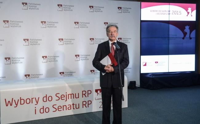 Przewodniczący Państwowej Komisji Wyborczej Wojciech Hermeliński podczas pierwszej konferencji PKW po otwarciu lokali wyborczych /PAP