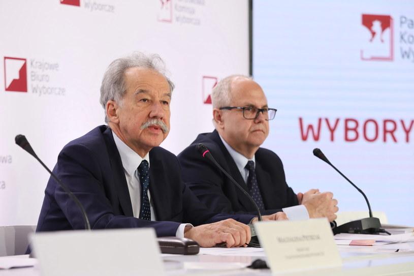Przewodniczący PKW Wojciech Hermeliński oraz członek komisji, sędzia SN Wiesław Błuś podczas pierwszej konferencji prasowej Państwowej Komisji Wyborczej nt. wyborów samorządowych /Leszek Szymański /PAP