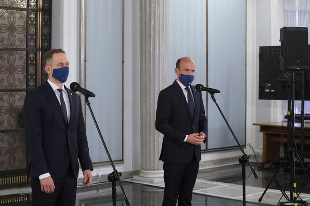 Przewodniczący PO Borys Budka (P) i przewodniczący KP KO Cezary Tomczyk (L) podczas konferencji prasowej w Sejmie /Albert Zawada /PAP