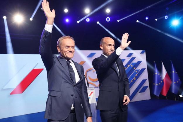 Przewodniczący PO Borys Budka (P) oraz przewodniczący Europejskiej Partii Ludowej, współzałożyciel PO Donald Tusk (L) podczas posiedzenia Rady Krajowej Platformy Obywatelskiej /Wojciech Olkuśnik /PAP