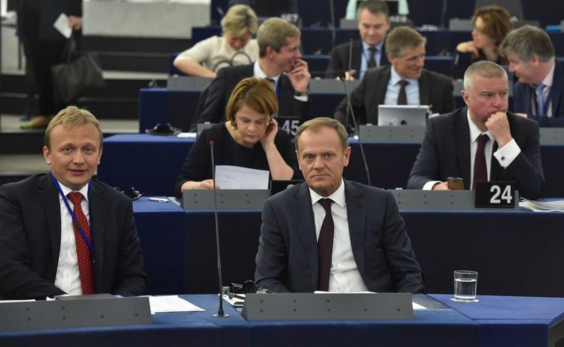 Przewodniczący Rady Europejskiej Donald Tusk, szef gabinetu Tuska Piotr Serafin i doradca Tuska Paweł Graś podczas dzisiejszej sesji Parlamentu Europejskiego w Strasburgu /Radek Pietruszka /PAP
