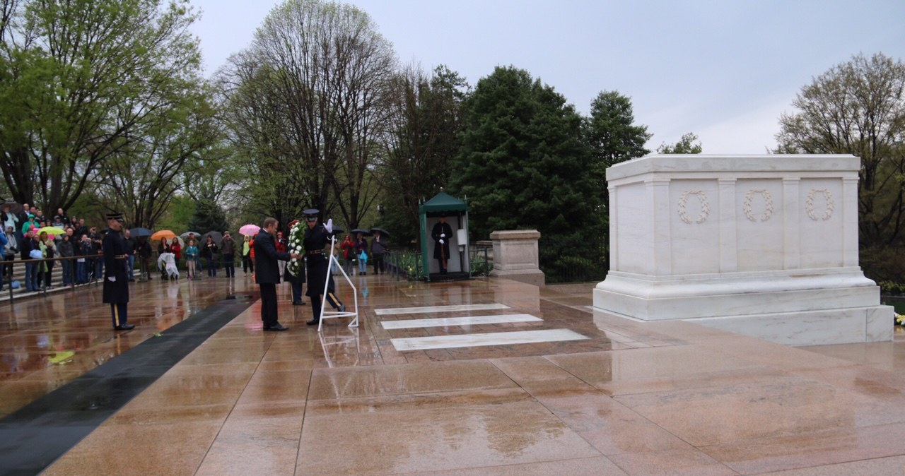 Przewodniczący Rady Europejskiej złożył wieniec na cmentarzu Arlington