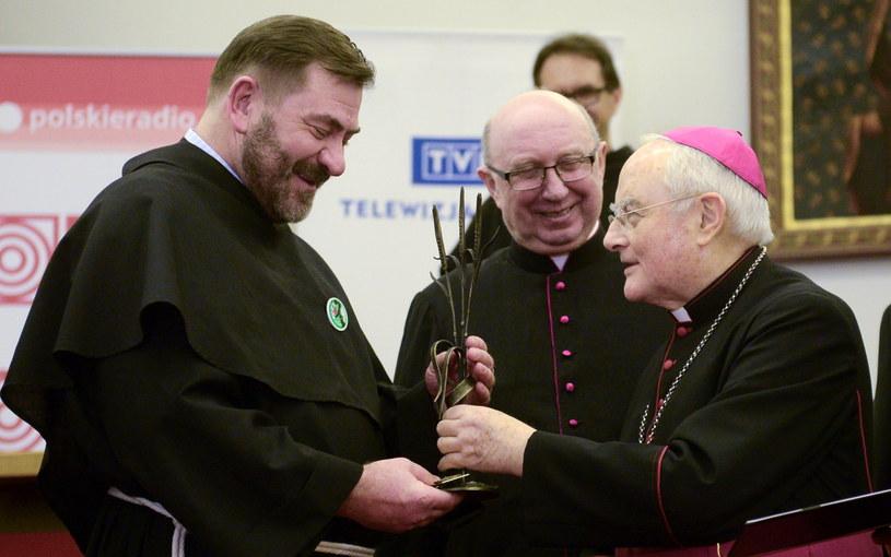 Przewodniczący Ruchu Ekologicznego św. Franciszka z Asyżu (REFA) o. Stanisław Jaromi (L) został laureatem Nagrody im. bp. Romana Andrzejewskiego; z prawej abp Hoser /Jakub Kamiński   /PAP