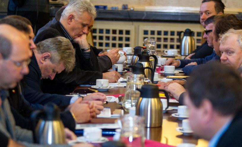 """Przewodniczący śląsko-dąbrowskiej """"Solidarności"""" Dominik Kolorz (z tyłu - L) podczas rozmów między górniczymi związkami zawodowymi i delegacją rządową /Andrzej Grygiel /PAP"""