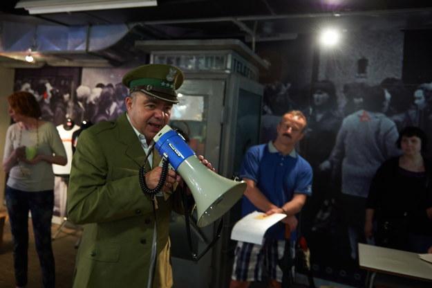 """Przewodnik w wojskowym mundurze oprowadza zwiedzających po wystawie """"Drogi do Wolności"""" w Gdańsku /Adam Warżawa /PAP"""