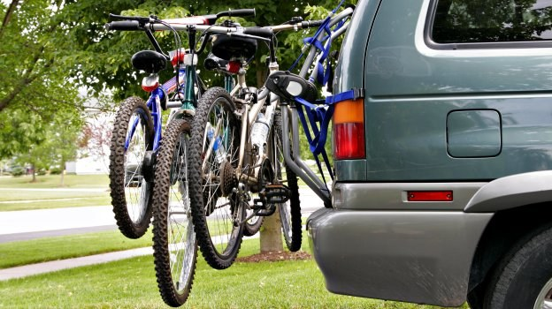Przewożenie rowerów za samochodem jest powoduje mniejszy wzrost oporów powietrza. /Motor