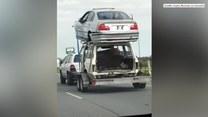 Przewoził jeden wrak samochodu na drugim. Niebezpieczny sposób kierowcy z Australii
