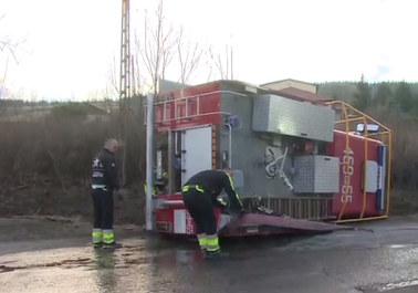 """Przewrócił się wóz strażacki, kierowca uciekł. """"Jechał szybko, zahaczył o pniak i go rzuciło"""""""