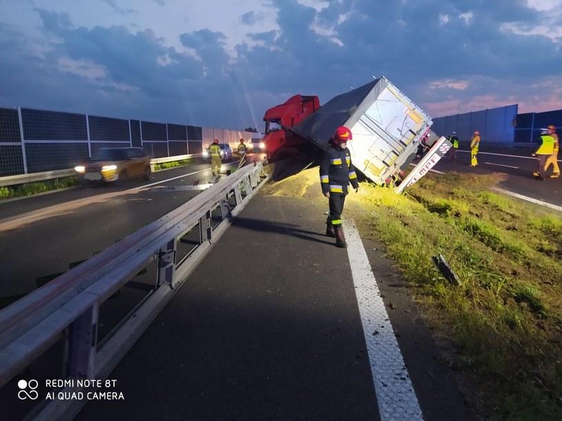 Przewróciła się ciężarówka przewożąca 26 ton rzepaku /KM PSP Tarnów /materiał zewnętrzny