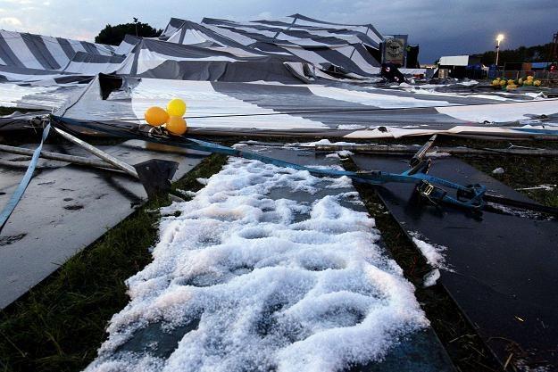 Przewrócony podczas festiwalu namiot /AFP