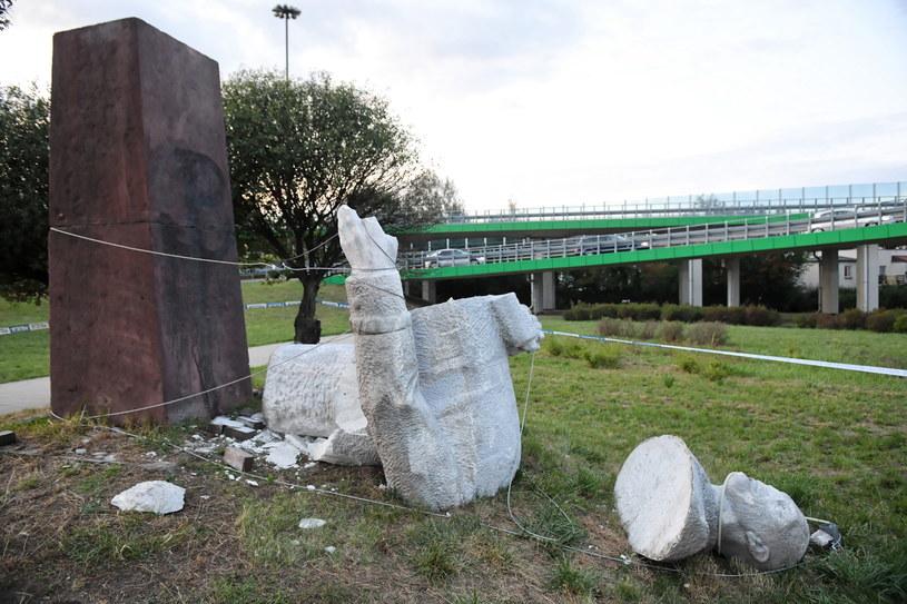 Przewrócony pomnik gen. Berlinga w Warszawie / Radek Pietruszka   /PAP