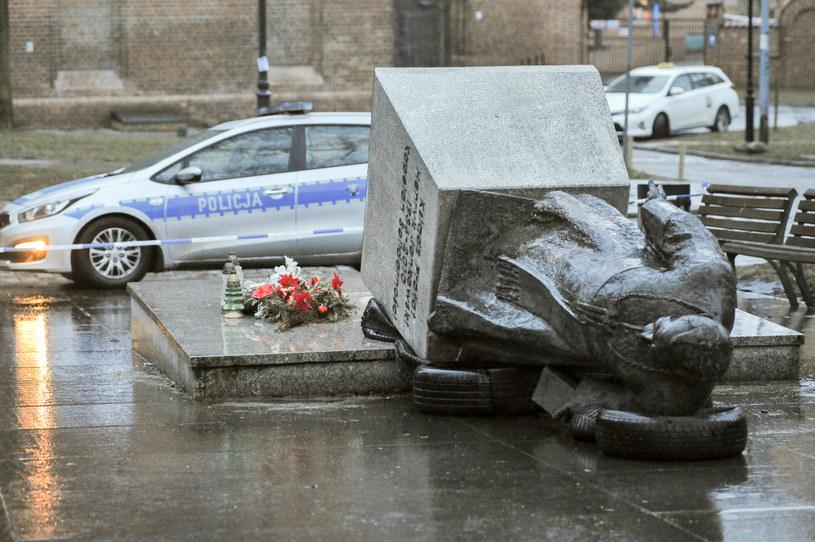 Przewrócony pomnik ks. Henryka Jankowskiego /Wojciech Strożyk REPORTER /East News