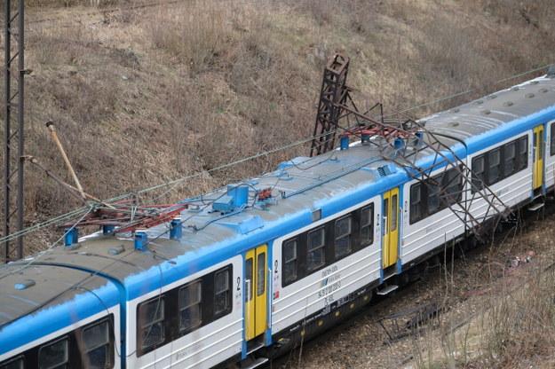 Przewrócony słup trakcji kolejowej /Andrzej Grygiel /PAP