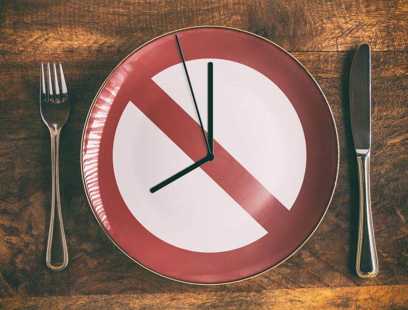 Przez 16 godzin doby nic nie jesz, możesz jedynie pić /123RF/PICSEL