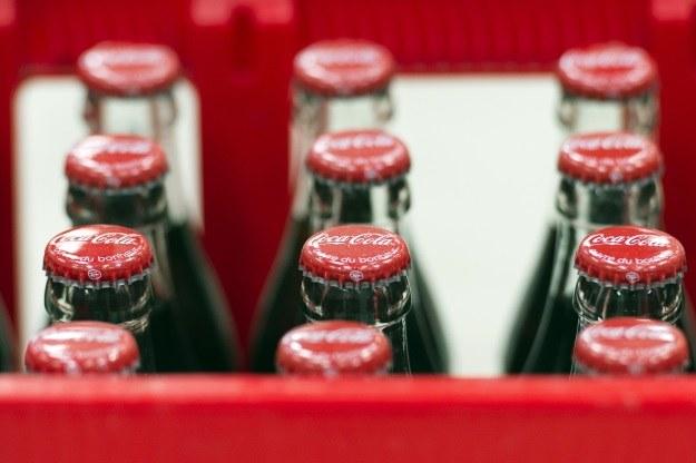 Przez 16 lat tylko Coca-Cola. Jak bardzo jest to niezdrowe? /AFP