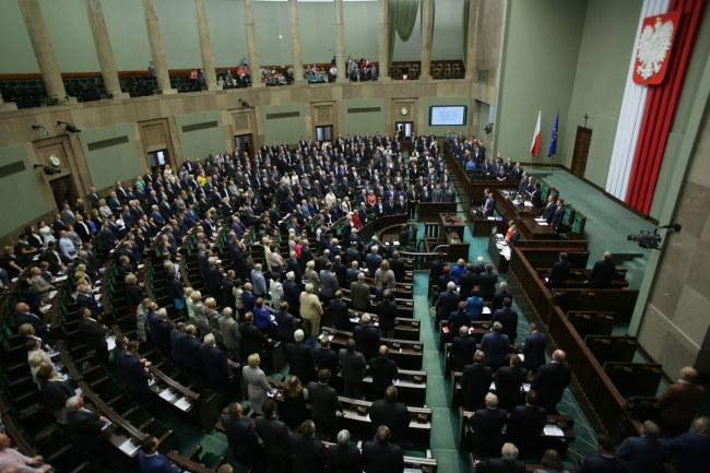 Przez aklamację Sejm przyjął 25 bm. uchwałę ustanawiającą 2 października Dniem Pamięci o Cywilnej Ludności Powstańczej Warszawy /Leszek Szymański /PAP