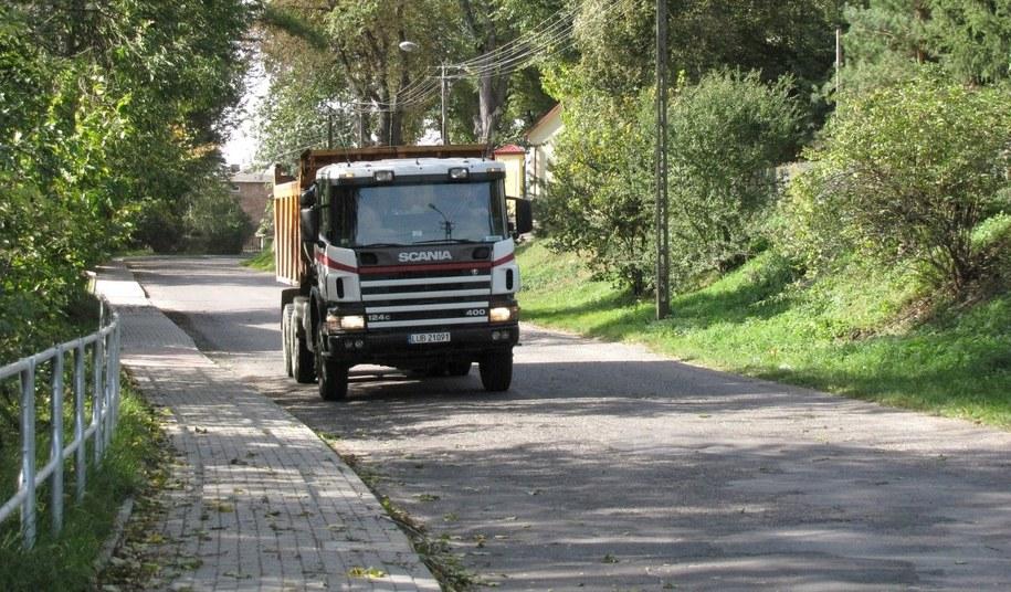 Przez Bystrzycę przejeżdża codziennie blisko 100 ciężarówek /Krzysztof Kot /RMF FM