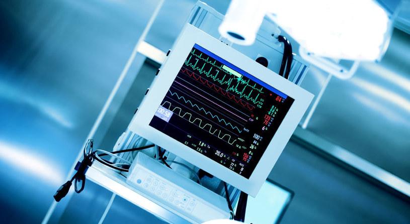 Przez cały czas trwania znieczulenia ogólnego anestezjolog na bieżąco kontroluje wszystkie funkcje organizmu /123RF/PICSEL