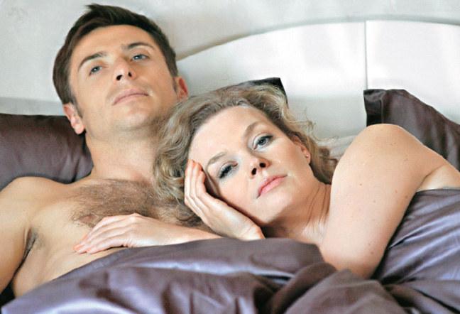 Przez długi czas Gruszyńska chciała zastąpić owdowiałemu Markowi (Kacper Kuszewski) ukochaną Hankę. W 958. odcinku spędziła z nim noc /Agencja W. Impact