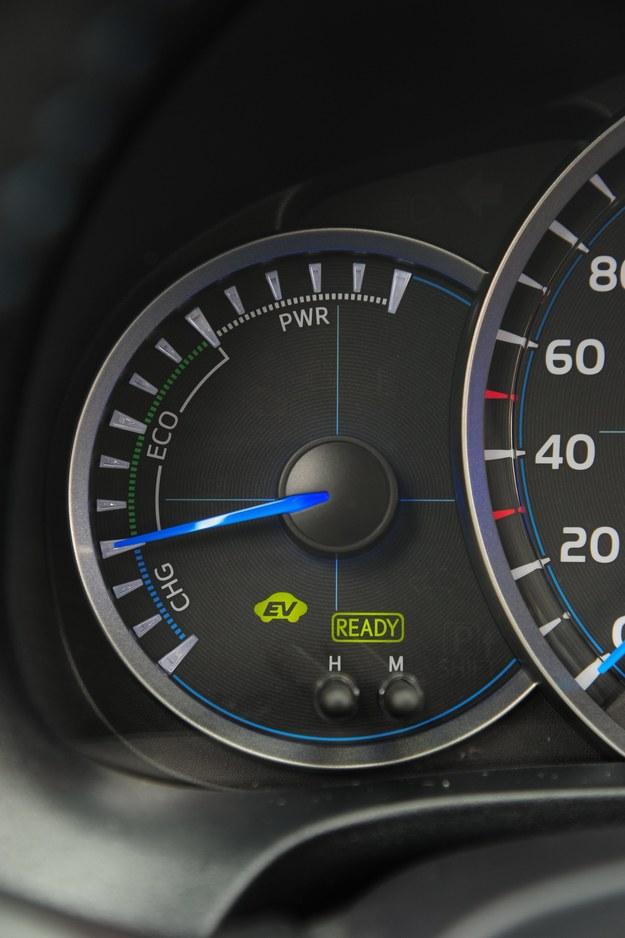 Przez długi okres silnik spalinowy jest całkowicie wyłączony, podjeżdżać po parę metrów można wyłącznie na bateriach (kontrolka EV). Zasięg na akumulatorach wynosi ok. 2 km. Wolno, ale oszczędnie. /Auto Moto