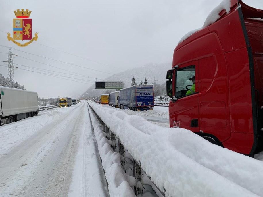 Przez kilkanaście godzin samochody były uwięzione na autostradzie /ITALIAN POLICE HANDOUT /PAP/EPA
