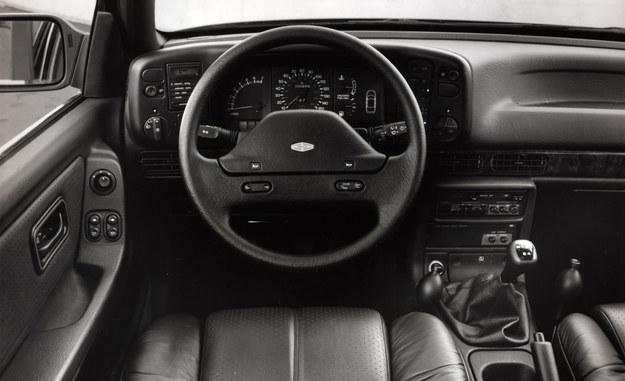 """Przez krótki okres, w latach 1987-1989, Scorpio było oferowane również w USA, pod marką Merkur (wraz z Sierrą XR4i). Sprzedawano je w wybranych salonach Lincolna i Mercury'ego, z topowym silnikiem V6 oraz bardzo bogatym wyposażeniem (na zdjęciu widać m.in. skórzane fotele z pompowanym za pomocą gruszek podparciem). Słaby marketing i wysoki koszt przeróbek aut oraz ich importu z Niemiec sprawił jednak, że projekt szybko zarzucono. Przez 2 lata sprzedano za oceanem jedynie 22 tys. Merkurów Scorpio (zdj.: """"Car & Driver""""). /Ford"""