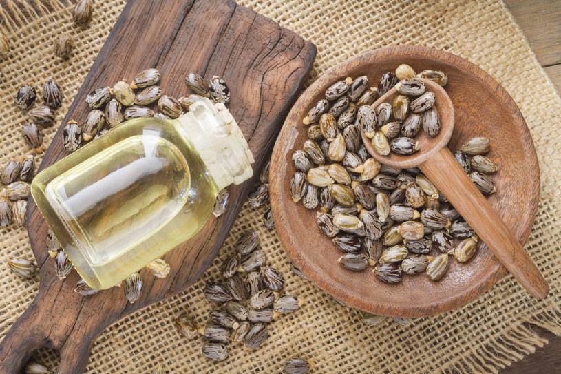 Przez lata mówiło się, że olej rycynowy pomaga osiągnąć efekt pięknych i gęstych rzęs /123RF/PICSEL