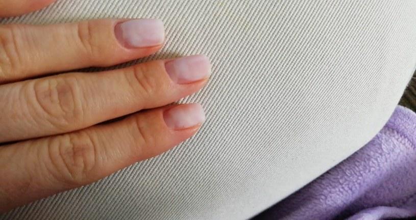 Przez miesiąc systematycznie skracamy długość płytki paznokcia /Matylda Paliś /Styl.pl/materiały prasowe